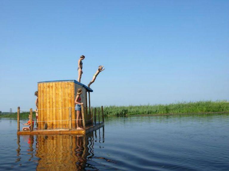 skok do wody z tratwy